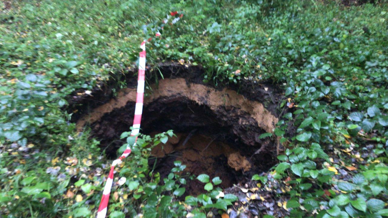 Einsturz ehemaliger Grubenschacht / Absichern eines Loches nach Einsturz Waldstraße Riegelsberg